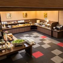 <朝食バイキングコーナー> 姫路ならではの料理を含め、約30種類のメニューを準備。