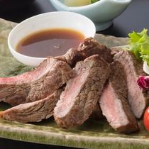<ステーキ定食> 食べ応えあり!ジューシーな肉の旨みを感じられます。