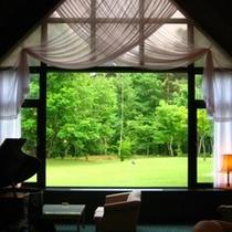 【ロビーラウンジ】大窓から自然の景色が楽しめて開放感抜群!