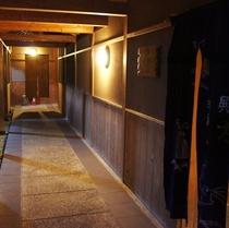 露天風呂前廊下。半蔵の湯とかげろうの湯。