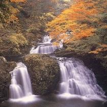 秋のころの荷担滝。