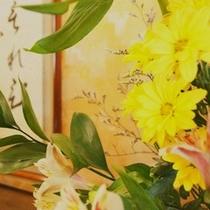 女将の活ける花々。