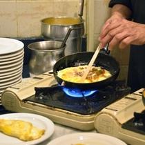 *朝食:目の前で作ってくれるオムレツは格別