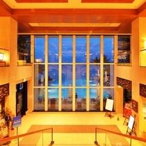 *ホテルエントランスを入ると大きな窓の向こうにプールと海が広がっています