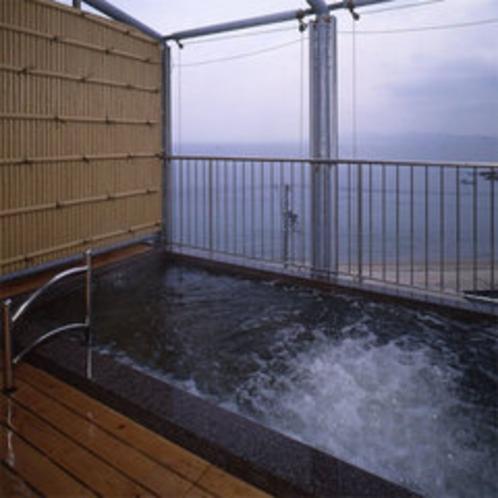 露天風呂(*現在目隠し窓が取り付けられております。不定期で営業しております。)