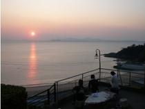 篠島観光ホテル玄関より日の出を望む