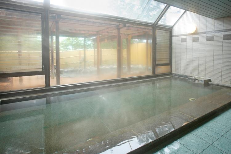 かけ流しの温泉(内湯)湯船からとうとうと流れる温泉で日頃の疲れをゆっくりと癒してください。