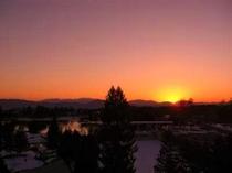【眺望】一例 冬の夕暮れ アルプスの山並みに沈む夕日の美しさに見とれてしまいます。