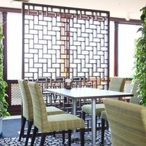 朝の光に包まれて・・高原の緑を基調にした 最上階レストラン