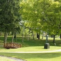 緑豊かな芸術の森彫刻公園 ― ホテル中庭に出れば、自然に囲まれた癒しの空間が広がります
