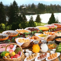 【バイキングの一例】 最上階レストランからは隣接する彫刻公園や蓼科湖、信州の山並みが望めます