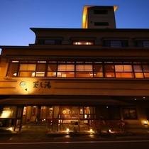 ■【外観】松本駅から車でわずか15分の便利な立地に佇む、浅間温泉の宿です。