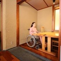 ◆食事処。車椅子のままご利用いただけるテーブル席が5席ございます。