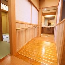 ◇【バリアフリー温泉付特別室】お風呂へ続く廊下の傾斜も移動しやすい仕様にしました。