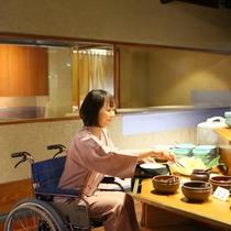 ■朝食バイキング。ほとんどのお皿は取りやすい高さに置いております。