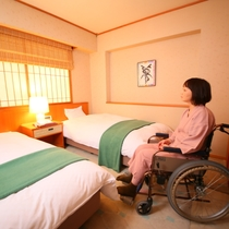 ◇【バリアフリー温泉付特別室】ツインベッドルームの様子。車いすでベッド際まで移動できます