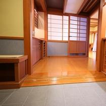 ◇【バリアフリー露天風呂付和室10畳+ツインR】入口には腰をかけるのにちょうど良いベンチを設置。
