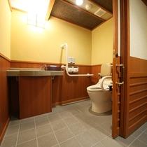 ◇【バリアフリー露天風呂付和室10畳+ツインR】洗面所の様子。部屋のカウンターという便利な位置に。
