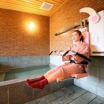 □【はるの湯】リフト。洗い場から湯船の中へ直接移動可能