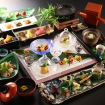 ■料理_おすすめ懐石コース_夏の一例。旅のクライマックスを盛り上げる一つ一つ丁寧に仕上げた味と見た目