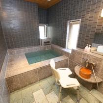 ◇【バリアフリー温泉付特別室】客室風呂の様子。