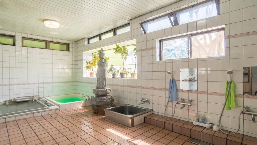 *【大浴場】十一面観音像を配置した個性的な室内