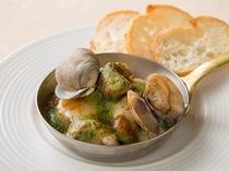 レストラン「リヴィエール」ディナーアラカルト~帆立と粒貝と茸の香草バターココット焼き~