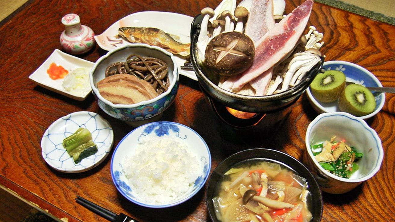 *夕食一例。旬のもの、地のものを使った手作りのお料理が並びます!