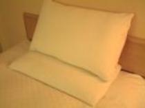 お部屋の枕はツーピローにてセット