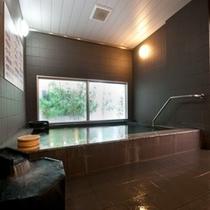 天然温泉浴槽♪足を伸ばして無色透明とろとろの泉質をお楽しみください☆