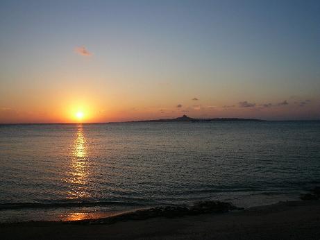 伊江島に沈む夕日はとても美しいです!