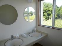 洗面所 窓から、おばぁの島野菜畑や古民家が見えますよ!