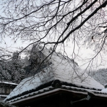 店の屋根に積雪