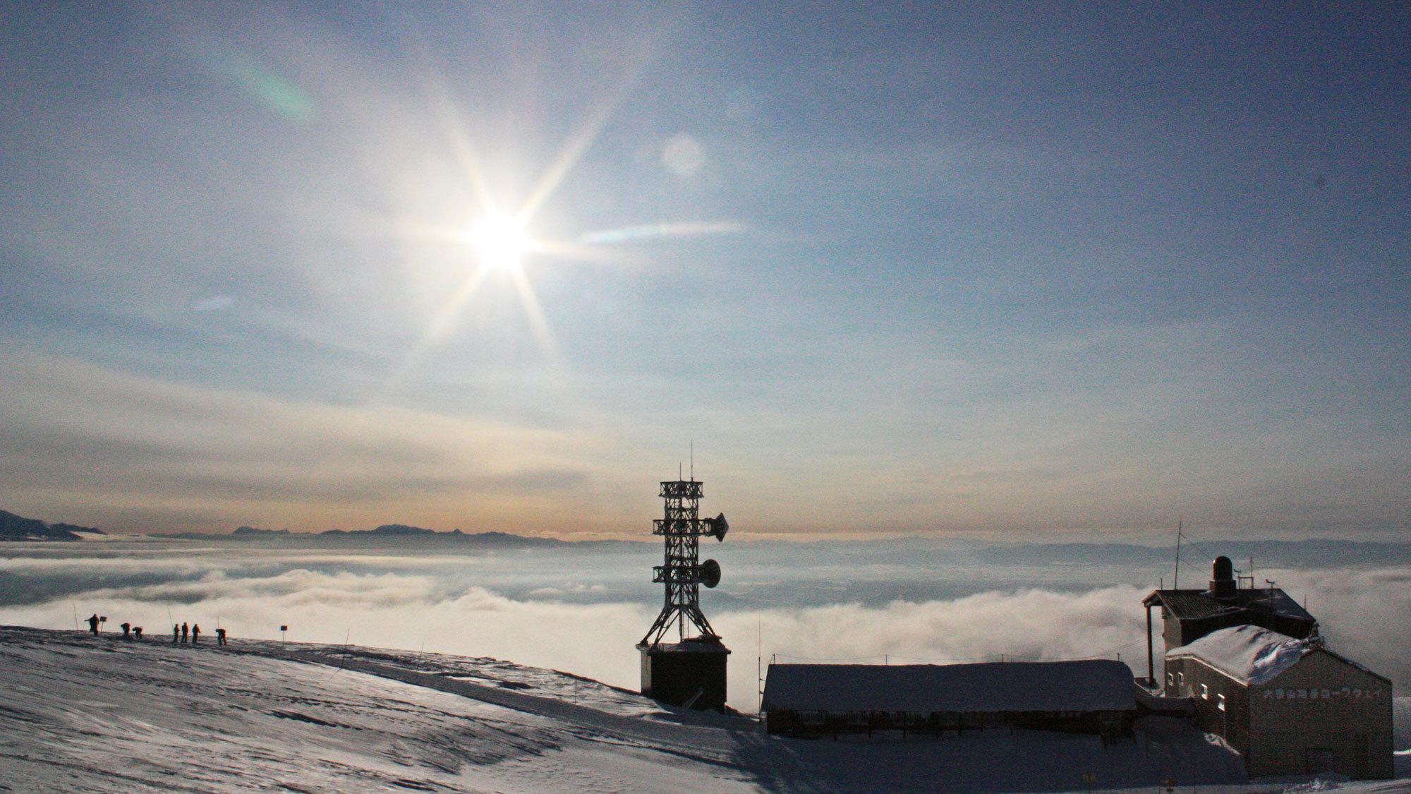 【冬の旭岳】見渡す限りの雲海に太陽の光が降り注ぎ、幻想的な風景が広がります