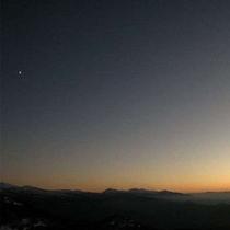 夕日、月、一番星のパノラマ