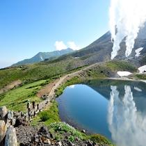 旭岳が水面に映る姿見の池