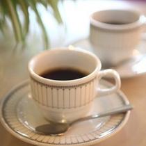 朝食後のコーヒーはラウンジでどうぞ