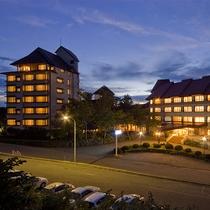 夕暮れ時のホテル外観