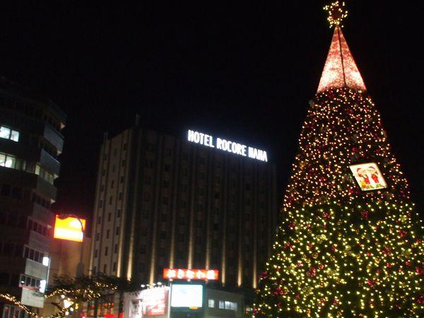 ホテル斜め向かい、パレットくもじ前広場のクリスマスツリー