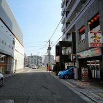 出口 D 2つ目の路地を右折してください。