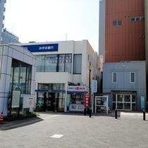出口 D みずほ銀行が見えます。左手にお進みください。
