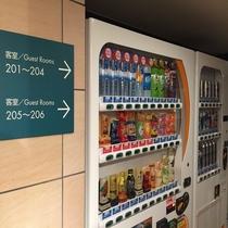 自動販売機コーナー(2階)、アルコール、ソフトドリンクの自動販売機をご用意しております。