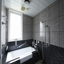【ユニバーサルツインバスルーム】大きめのお風呂をご用意しております。小さなテレビ付き!