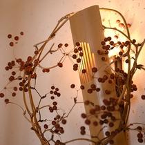 *【館内施設:新館(廊下)】温もりのある明るい雰囲気の別館
