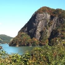 *【周辺観光:奥州湖】満々と水を湛える風景とブナ林は癒しの空間を提供してくれます