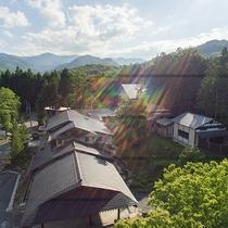 *【外観(昼)】山の麓に佇む一軒宿。一歩外に出ると、見渡す限りの大自然が広がります