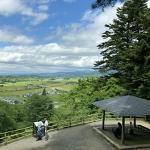 *【周辺観光:中尊寺】坂の途中にある展望台からの眺め。奥には衣川が望めます