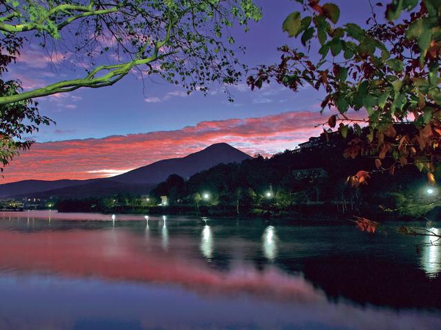夕暮れ時の白樺湖と奥に佇む蓼科山