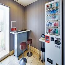 ◆1階ロビー内の喫煙ブース タバコの自動販売機も設置しております♪