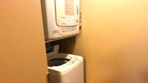 【男性】脱衣場に洗濯機2台(無料/洗剤あり)と乾燥機2台(20分200円)